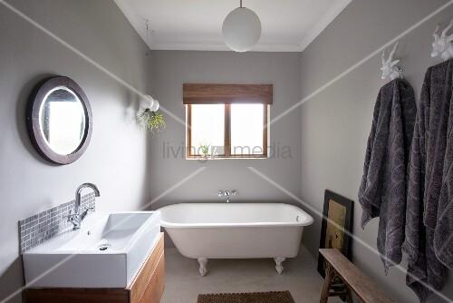 freistehende vintage badewanne an fenster seitlich moderner waschtisch mit unterschrank. Black Bedroom Furniture Sets. Home Design Ideas