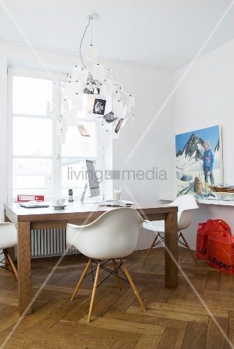 schreibtisch mit klassikerst hlen und designer zettel leuchte vor fenster bild kaufen. Black Bedroom Furniture Sets. Home Design Ideas