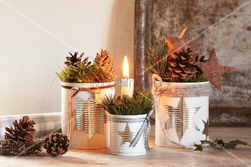 weihnachtliche deko und brennende kerze in metalldose mit. Black Bedroom Furniture Sets. Home Design Ideas
