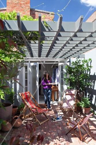 liegest hle auf terrasse unter pergola aus grau lackierter kassetten holzkonstruktion im. Black Bedroom Furniture Sets. Home Design Ideas