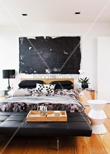 schwarze leder tagesliege vor doppelbett seitlich weisser hocker auf dielenboden in modernem. Black Bedroom Furniture Sets. Home Design Ideas