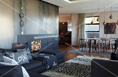 offenes wohnen im designerstil sofakombination im loungebereich mit teppich moderner offener. Black Bedroom Furniture Sets. Home Design Ideas
