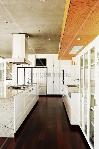 moderne, weisse küche mit freistehendem mittelblock auf dunklem ... - Küche Mittelblock