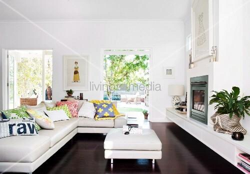 Parkettboden, Holz Möbel, graues Sofa und schwarze Akzente