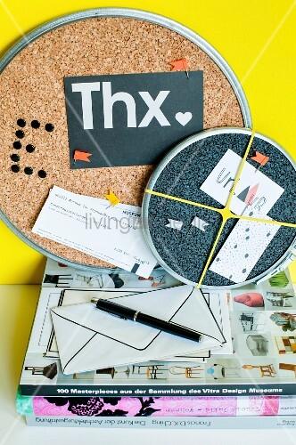 korkplatten mit verschlussringen von malereimern als pinnwand teilweise mit spr hlack farblich. Black Bedroom Furniture Sets. Home Design Ideas
