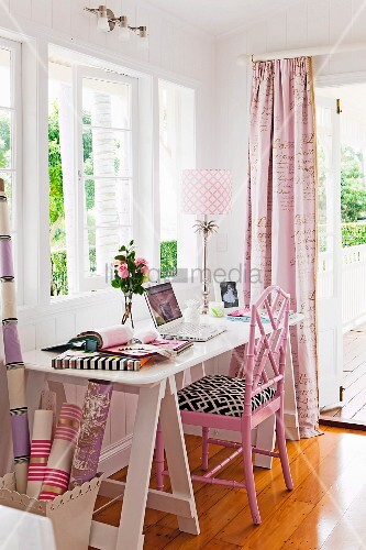 weisser schreibtisch mit rosafarbenem stuhl vor fenster bild kaufen living4media. Black Bedroom Furniture Sets. Home Design Ideas