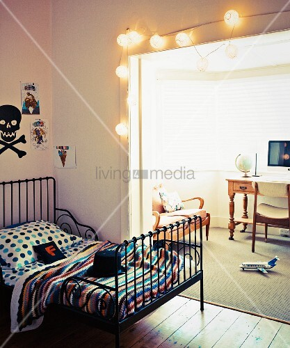 retro metall gitterbett im jugendzimmer vor breitem durchgang mit lampions dekoriert blick in. Black Bedroom Furniture Sets. Home Design Ideas