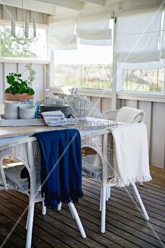 tablett mit geschirr auf tisch weisse rattanst hle auf. Black Bedroom Furniture Sets. Home Design Ideas