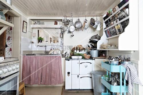 Retro Teewagen unter Küchenbord an Wand, im Hintergrund