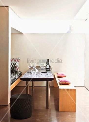 minimalistische essecke weingl ser auf tisch zwischen schlichter holzbank und nische mit. Black Bedroom Furniture Sets. Home Design Ideas