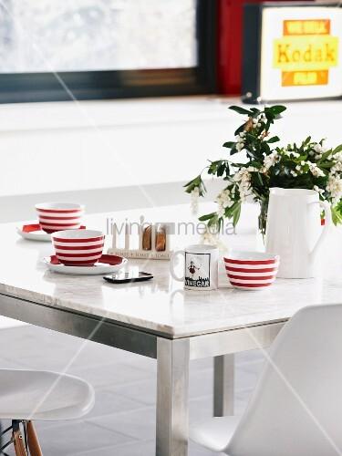 rot weiss gestreifte tassen auf esstisch mit marmorplatte und metallgestell dazu klassische. Black Bedroom Furniture Sets. Home Design Ideas