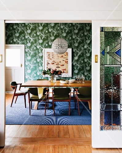 blick durch offene schiebet r in esszimmer mit gepolsterten st hlen um tisch im hintergrund. Black Bedroom Furniture Sets. Home Design Ideas