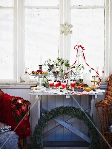 weihnachtsbuffet im gartenhaus bild kaufen living4media. Black Bedroom Furniture Sets. Home Design Ideas
