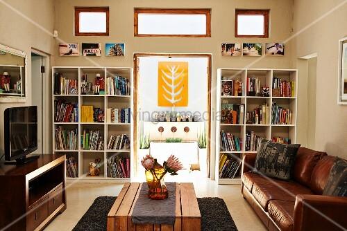 wohnzimmer mit ledercouch und holztisch blick durch. Black Bedroom Furniture Sets. Home Design Ideas
