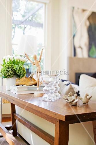 Stil Mix im Wohnzimmer   Sessel in Pink, Kamin mit Naturstein verkleidet