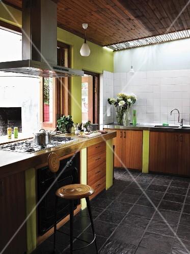 unterschr nke mit holzfronten und lindgr n gestrichenen seitenw nden in 60er jahre einbauk che. Black Bedroom Furniture Sets. Home Design Ideas