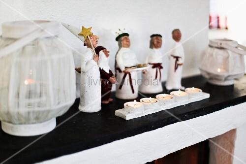 Sternsinger Figuren, Teelichter Und Weisse Windlicht Laternen Auf Kaminsims  Dekoriert