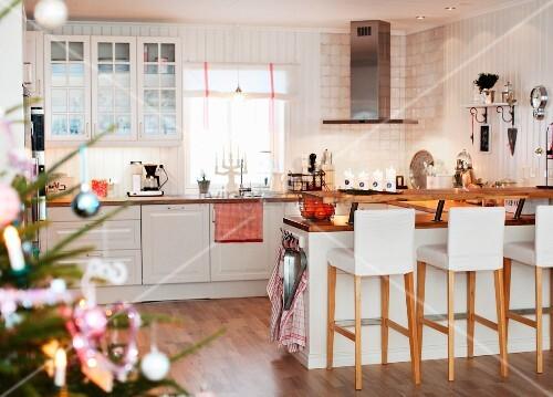 gepolsterte barhocker vor theke in weisser landhausk che seitlich teilweise sichtbarer. Black Bedroom Furniture Sets. Home Design Ideas