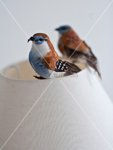 deko vogelfiguren auf lampenschirm aus hellem stoff bild. Black Bedroom Furniture Sets. Home Design Ideas