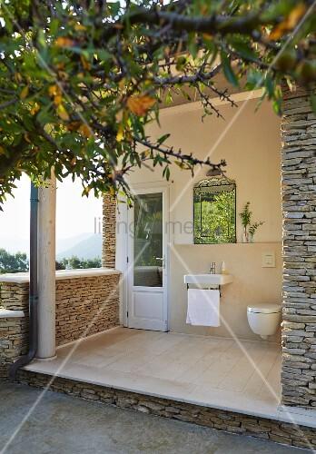 mediterranes natursteinhaus mit waschbecken und toilette auf der terrasse bild kaufen. Black Bedroom Furniture Sets. Home Design Ideas