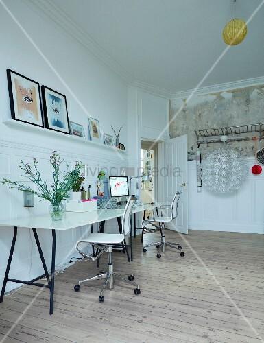 langer arbeitstisch mit zwei drehst hlen in zimmer mit. Black Bedroom Furniture Sets. Home Design Ideas