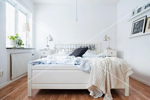 weisses holzbett in l ndlichem schlafzimmer bild kaufen. Black Bedroom Furniture Sets. Home Design Ideas