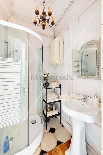 Vintage Standwaschbecken gegenüber moderne, gebogene Duschkabine ...