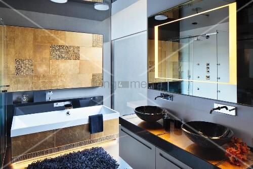 modernes bad waschtisch mit zwei schwarzen aufbaubecken oberhalb spiegel mit integrierter. Black Bedroom Furniture Sets. Home Design Ideas