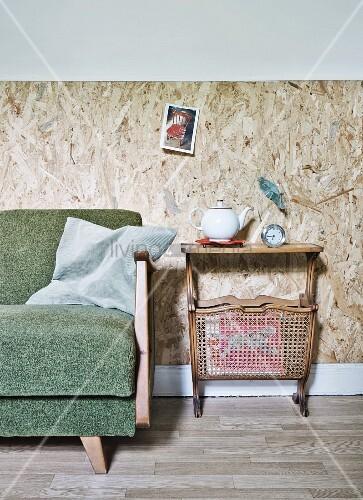 Osb Platten Wandverkleidung 50er jahre sofa und retrotisch mit zeitungshalter vom