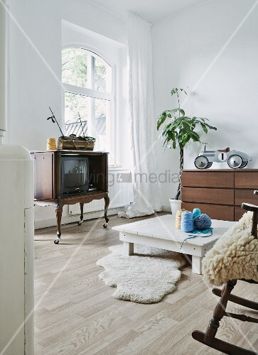 m belstilmix in jugendlichem wohnraum mit chippendale fernsehschrank auf rollen schaffellen und. Black Bedroom Furniture Sets. Home Design Ideas