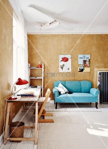 seitlich arbeitstisch mit holzb cken und tripp trapp kinderstuhl im hintergrund hellblaue. Black Bedroom Furniture Sets. Home Design Ideas