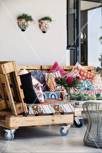 selbstgefertigte sofa elemente mit gemusterten sitzpolstern auf holzpaletten bild kaufen. Black Bedroom Furniture Sets. Home Design Ideas