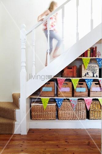 aufbewahrungsregal mit holzkisten und k rben unter weisser treppe bild kaufen living4media. Black Bedroom Furniture Sets. Home Design Ideas