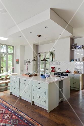Weisse offene landhauskuche mit eichenparkett und for Offene landhausküche