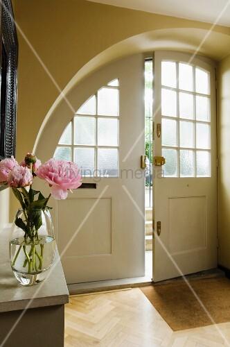 rundbogen haust r mit sprossenverglasung in vorraum eines hauses im vordergrund blumenstrauss. Black Bedroom Furniture Sets. Home Design Ideas