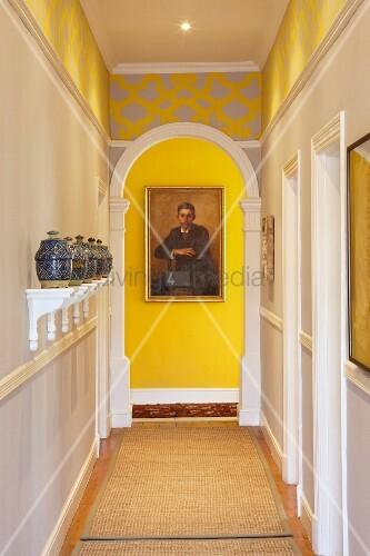 marokkanische keramikbeh lter auf weissen konsolen in. Black Bedroom Furniture Sets. Home Design Ideas