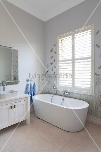freistehende badewanne vor fenster mit geschlossenen innenl den seitlich weisses l ndliches. Black Bedroom Furniture Sets. Home Design Ideas