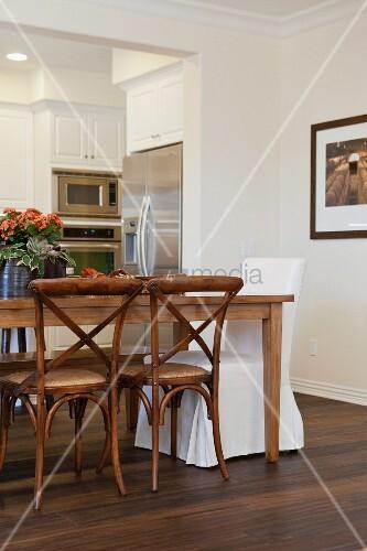 offener wohnraum mit esstisch verschiedenen st hlen sowie durchgang zur k che bild kaufen. Black Bedroom Furniture Sets. Home Design Ideas