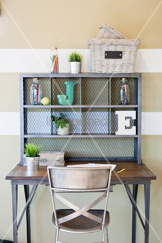 metallstuhl an schreibtisch mit regalaufsatz bild kaufen. Black Bedroom Furniture Sets. Home Design Ideas