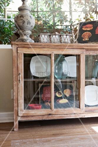 sideboard f r geschirr und dekoobjekt mit glast ren unter fenster in wohnraum bild kaufen. Black Bedroom Furniture Sets. Home Design Ideas