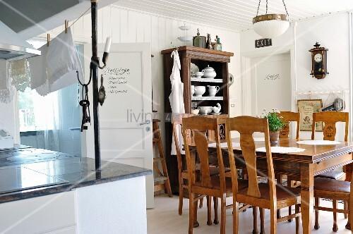 essplatz mit st hlen und tisch aus der gr nderzeit und vintage pendelleuchte in l ndlicher k che. Black Bedroom Furniture Sets. Home Design Ideas