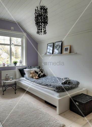 tabletttisch neben bett im m dchenzimmer mit weissen und. Black Bedroom Furniture Sets. Home Design Ideas