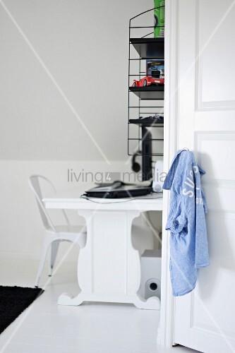 blick durch offene t r auf schwarz weisse schreibtischecke mit weissem designerstuhl und retro. Black Bedroom Furniture Sets. Home Design Ideas