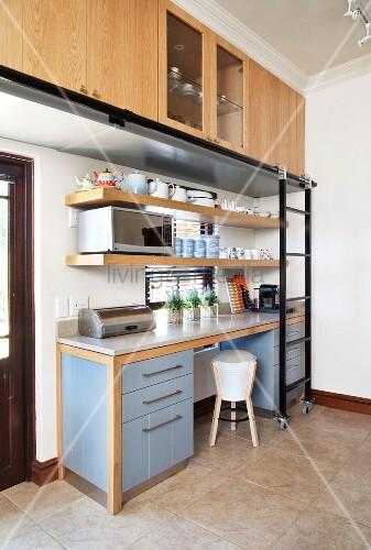 k chenzeile mit blauen unterschr nken unter stein arbeitsplatte dar ber h ngeschr nke mit. Black Bedroom Furniture Sets. Home Design Ideas