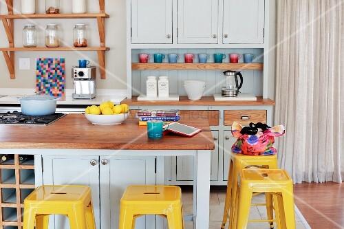 gelbe vintage barhocker an k chentheke in pastellgrauer shaker k che bild kaufen living4media. Black Bedroom Furniture Sets. Home Design Ideas