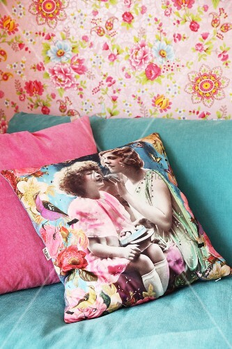 Kissenbezug Mit Nostalgischem Fotodruck Auf T Rkisfarbenem Sofa Vor Rosafarbener Blumentapete