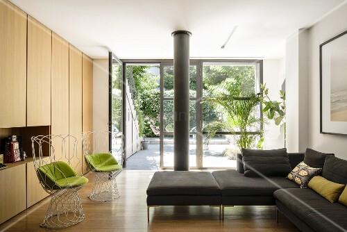 Minimalistisches wohnzimmer mit modernen drahtst hlen hellen holzfronten und gro er glasfront - Minimalistisches wohnzimmer ...