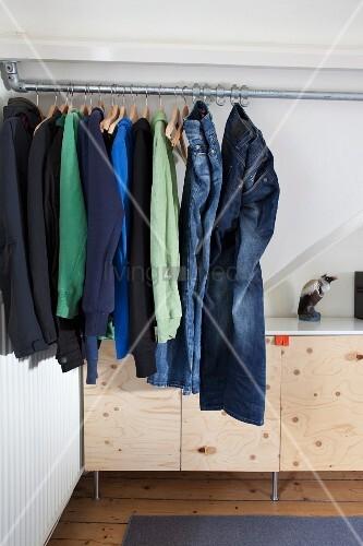 jugendliche m nnerkleidung an metallstange in der dachschr ge sideboard mit schlanken. Black Bedroom Furniture Sets. Home Design Ideas