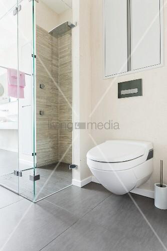 dusch wc neben bodenebener gefliester dusche mit glas abtrennung bild kaufen living4media. Black Bedroom Furniture Sets. Home Design Ideas