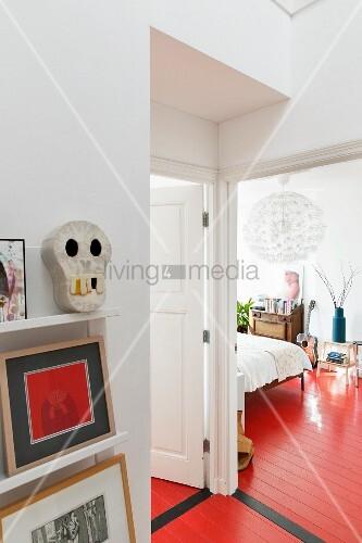blick vom vorraum in schlafzimmer mit durchgehendem rot lackiertem dielenboden bild kaufen. Black Bedroom Furniture Sets. Home Design Ideas